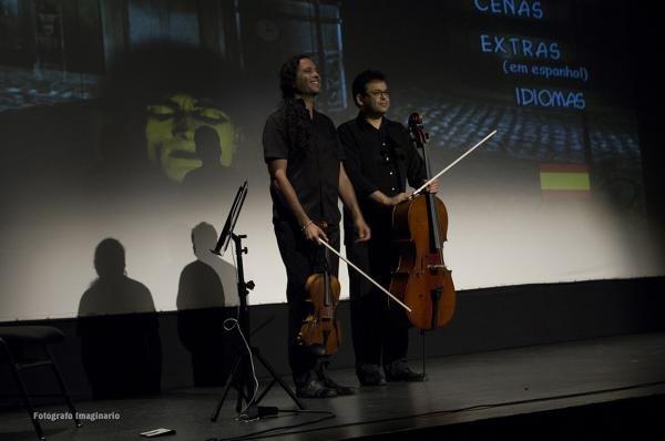 Tras el éxito de la proyección de la película, el compositor y viola y el chelista se dirigen al público para agradecer su entusiasmo