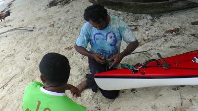 Pescadors reparant el meu timó trencat