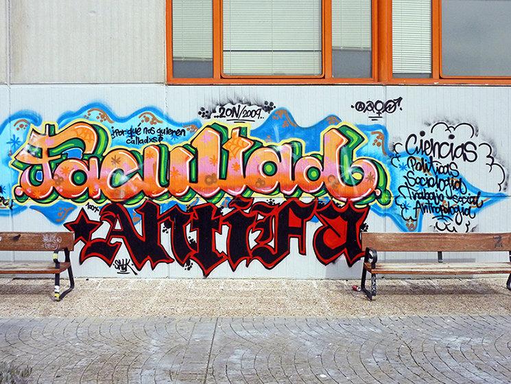 Grafiti en una fachada lateral de la facultad. Nótese el estadío evolutivo producto del sincretismo entre la pintada política europea y el grafiti hip hop norteamericano.