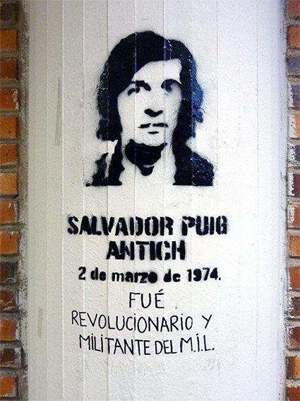"""Stencil que recuerda la ejecución a garrote vil de Salvador Puig Antich, miembro de la organización anarquista """"Movimiento Ibérico de Liberación"""", por el régimen del general Franco."""