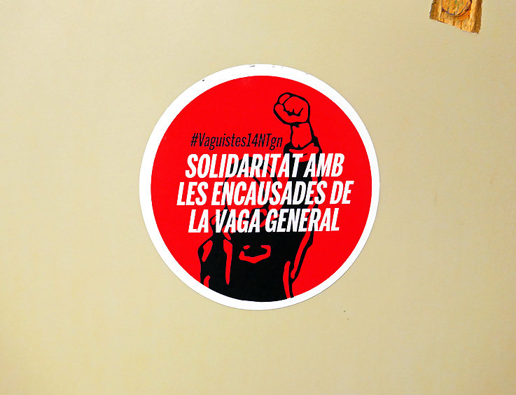 Pegatina en una mesa de un aula, en solidaridad con los encausados por los disturbios ocurridos en Tarragona durante la huelga general del 14 de noviembre de 2012.