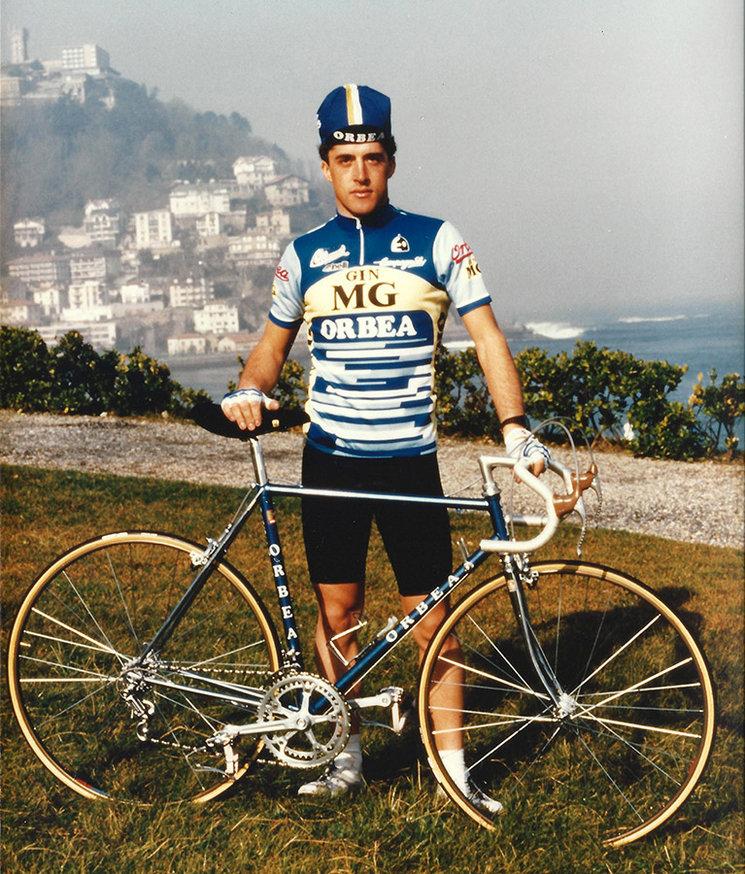 Perico Delgado. Postureo en la presentación de equipo. San Sebastían 1985 (www.pedrodelgado.com)