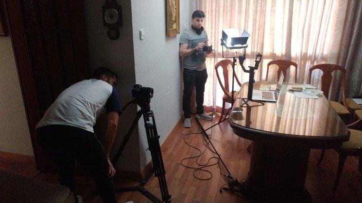 Parte del equipo técnico preparando el rodaje.