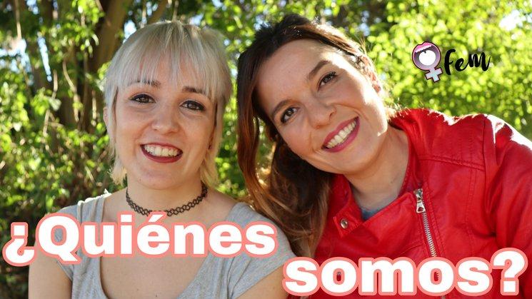 De derecha a izquierda: Q (Pilar Mármol) y Fem (Jéssica Pacheco)