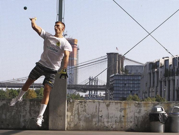 Sacha jugant a la ciutat de Nova York, sobre el Brooklyn Bridge.