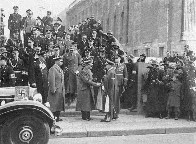 Miembros del Führerbegleitkommando escoltan a altos cargos del partido, incluyendo al mismo Hitler.