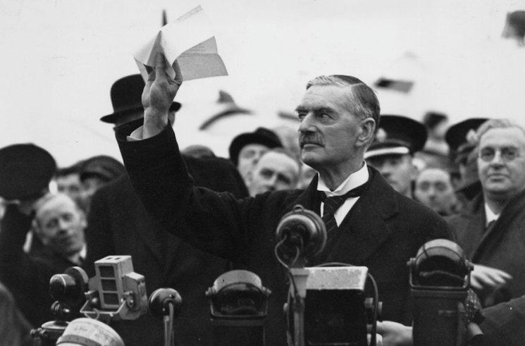 Chamberlain tras su llegada a Londres tras la firma de los acuerdos de Munich