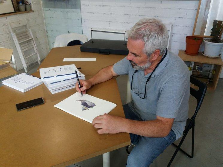 J. Arcas asinando as láminas dunha recompensa | J. Arcas firmando las láminas de una de las recompensas