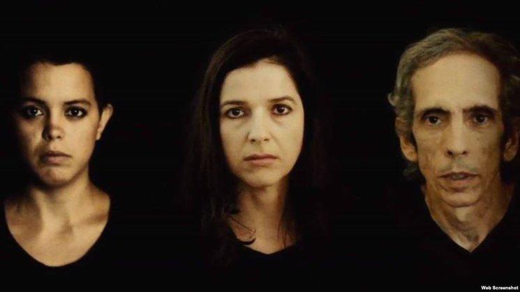 Tres personajes, tres actores – las actrices Rabelo y Lynn Cruz y el pintor Luis Trápaga- develan historias en sí mismas para hacer la fotografía de un país que es Cuba.
