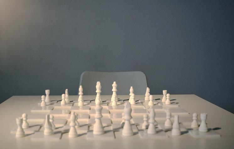 White Chess Set de Yoko Ono en la exposición de CC Las Cigarreras, Alicante