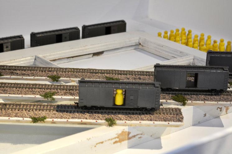 Train de Brenda Romero en la exposición de CC Las Cigarreras, Alicante