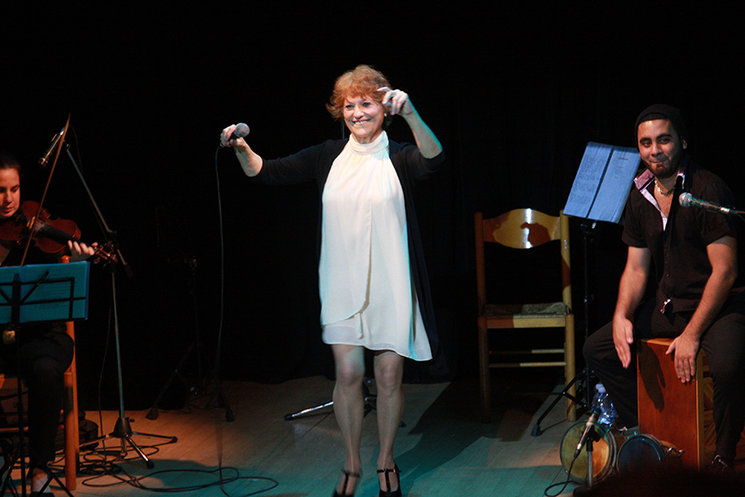Julia cantando en Cuba