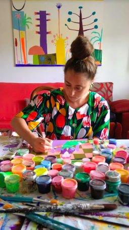 Laura trabajando en una de las ilustraciones del libro