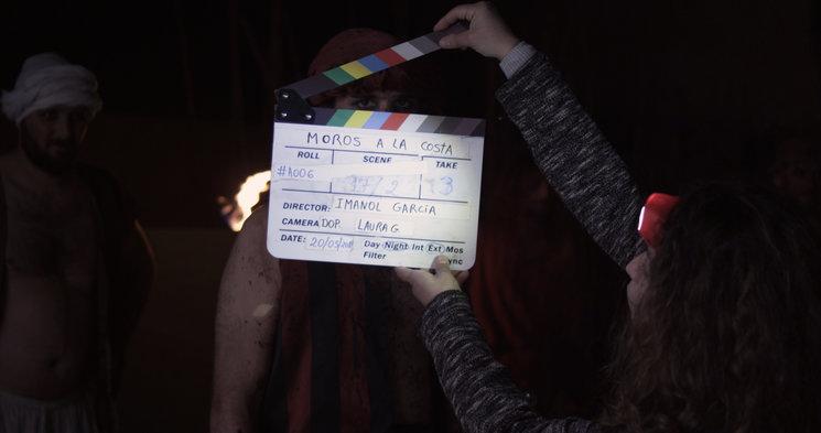 La claqueta es una pizarra en la que se anota una serie de datos que permiten identificar claramente cada uno de los segmentos en que se divide una producción audiovisual durante su rodaje.