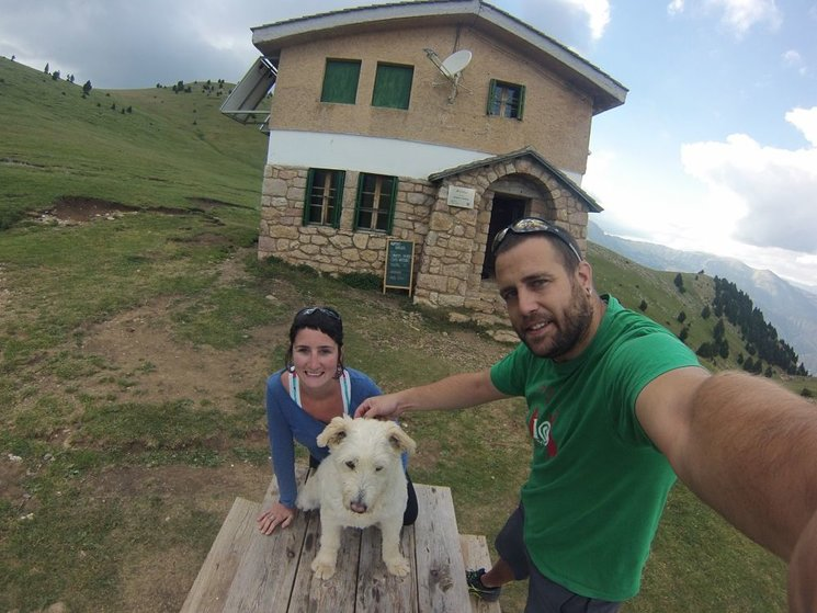 La Lídia i en Xevi amb en Lur, el petit pastor basc, just davant el Refugi serra d
