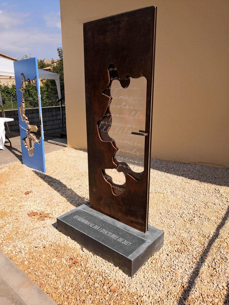 Escultura ubicada a la nova plaça 1 d