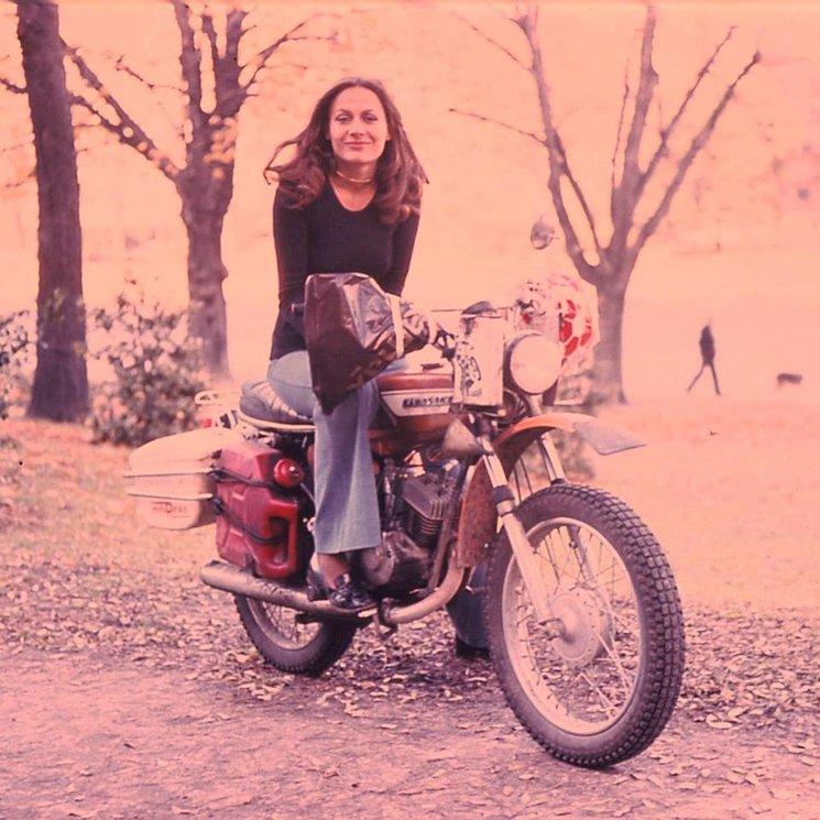 Anne-France Dautheville con la moto de 125cc con la que dio la vuelta al mundo.
