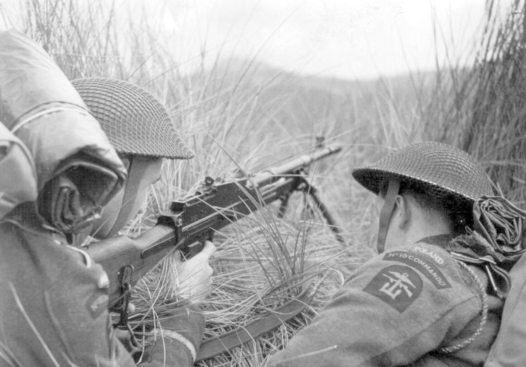 Dos miembros de procedencia polaca del No. 10 Commando