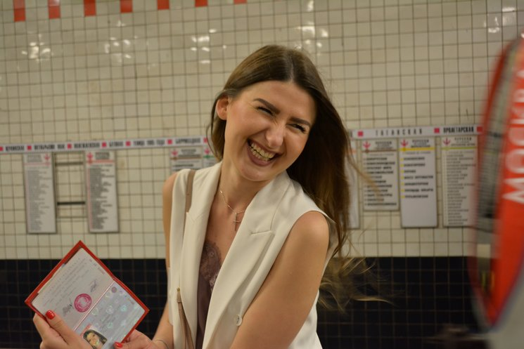 Ciudadana rusa enseñando su pasaporte.