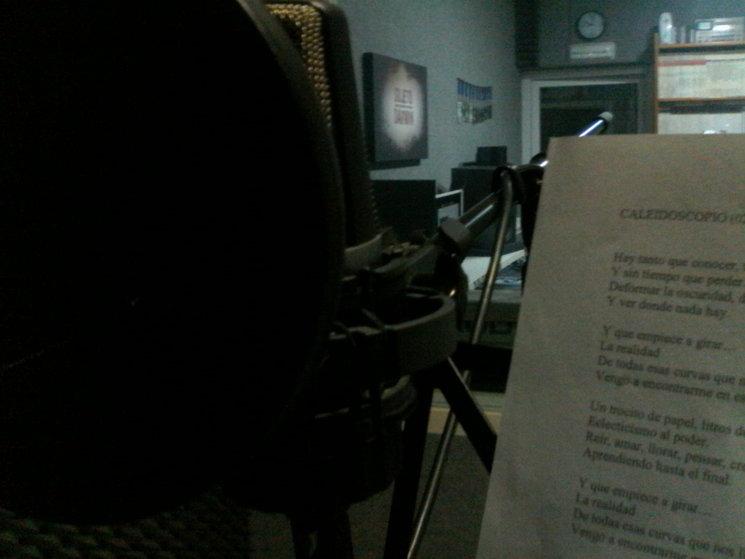 Grabando la canción homónima del disco de estudio.