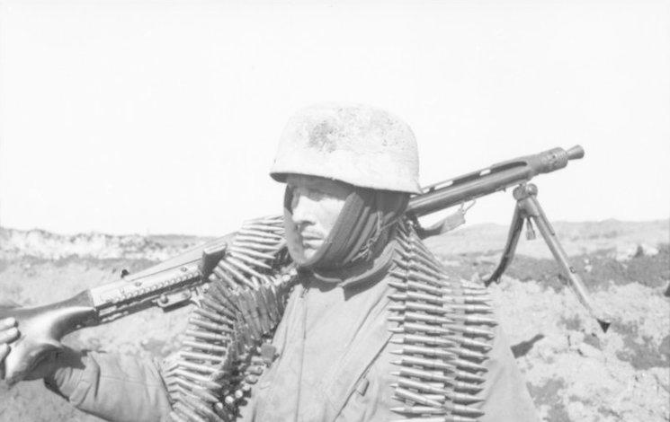 Fallschirmjäger en el Frente Oriental durante 1942 portando una MG-42