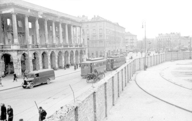 Vista del Palacio Lubomirski bombardeado en el parque Puerta de Hierro junto a la muralla del gueto, 24 de mayo de 1941.