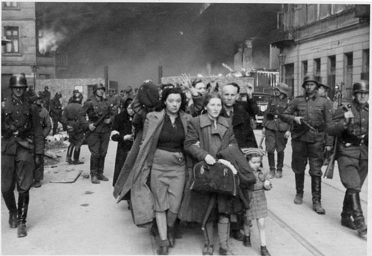 Prisioneros judíos capturados por la Waffen SS en la calle Nowolipie en 1943