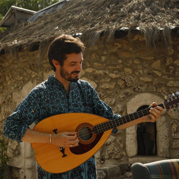 Carlos Martín Aires: Guitarra acústica, guitarra española, bouzouki y voz. FOTO: Samuel Gómez