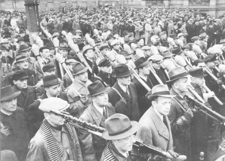 Voluntarios de la Volkssturm desfilando por Berlín en noviembre de 1944