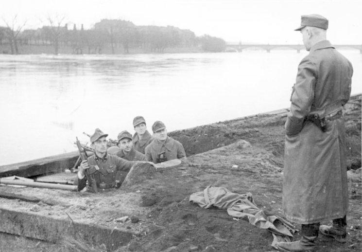 Miembros de las milicias populares preparándose para defender el Reich