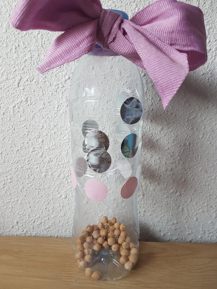 Ejemplo de maraca con botella de plástico