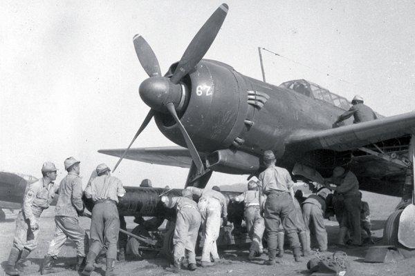 Un torpedero Nakajima japonés siendo armado con torpedos