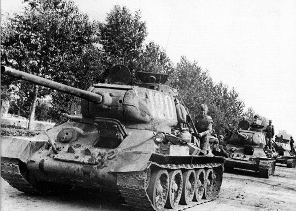 Tanques T-34/85 avanzando en el Frente Oriental