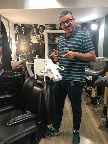 Nibufa, aprendiz de peluquero, con un maestro de bigotes, Jorge Lucas.