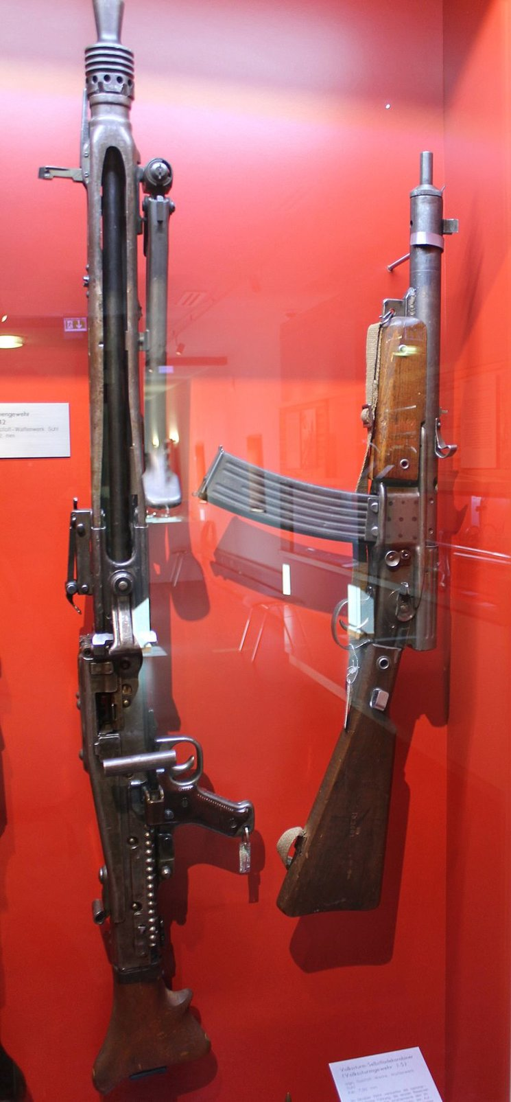 Un magnífico ejemplar de Volkssturmgewehr junto a una MG-42