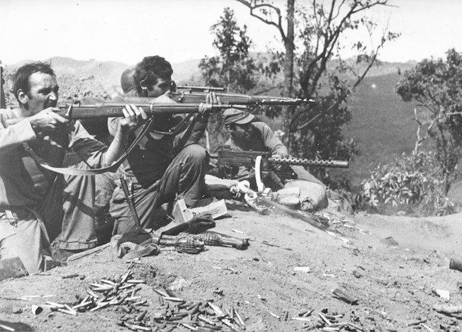 Miembros del Detachment 101 y guerrilleros kachin combatiendo en las junglas birmanas