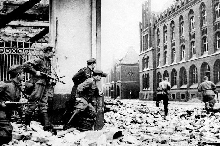 Soldados soviéticos combate en las calles de Berlín en 1945