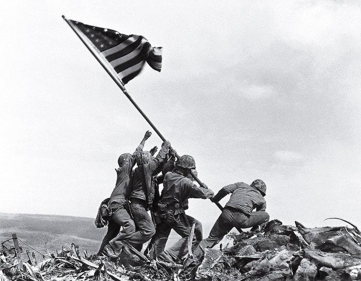 La mítica fotografía de Joe Rosenthal en el monte Suribachi de Iwo Jima