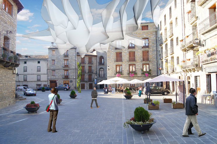 Perspectiva de la Plaza con la escultura textil.
