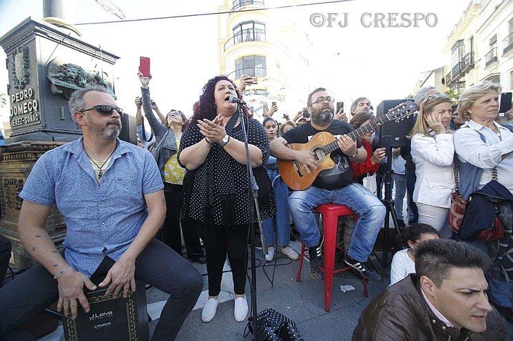 Todo baile por Bulerías tiene que estar acompañado por buen flamenco, con cante, toque y percusión.