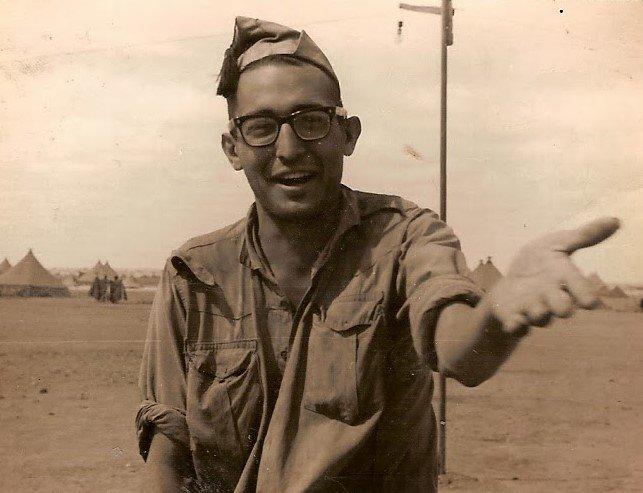 Chicho Sánchez Ferlosio, durante el servicio militar en el Sáhara, poco antes de grabar