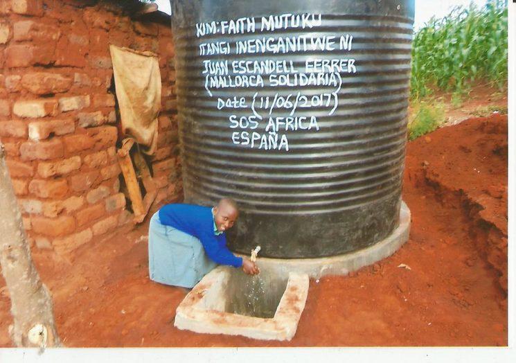Es lo que decimos: tu  solidaridad hará saltar de alegría a un niño o niña de Machakos, en Kenia, con la donación de un tanque de agua.