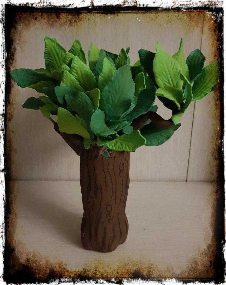 Maraca en forma de árbol hecha con goma eva