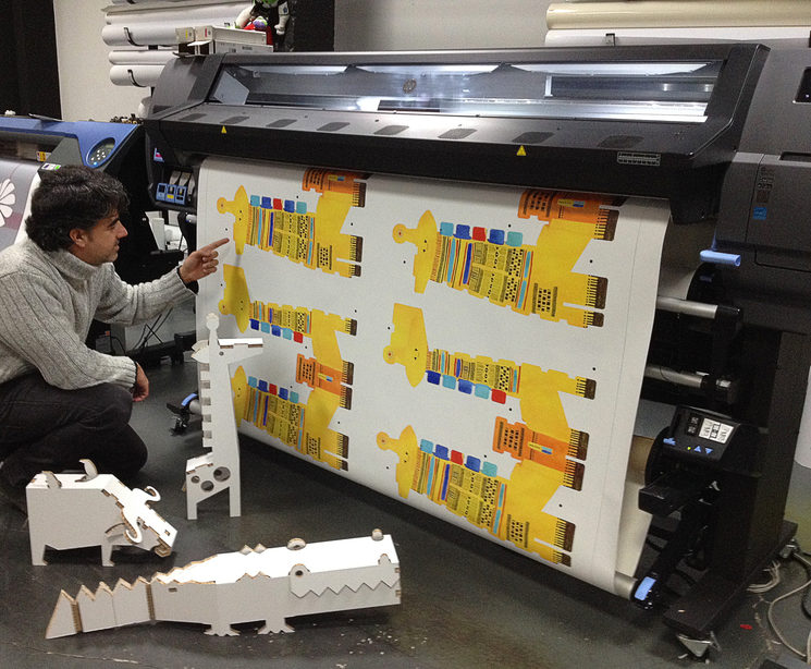 Proceso de impresión en vinilo de las jirafas en The Bang.