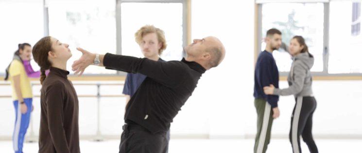 Josu Mujika trabajando con los bailarines de Dantzaz Konpainia
