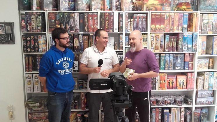 A la izquierda Jaime Ángel (autor), a la derecha Simón Blasco (editor), entrevistados por Rubén del canal Mi cabeza friki