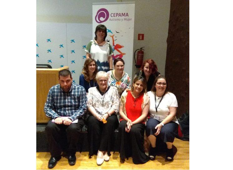 Integrantes de CEPAMA con el presentador de las jornadas sobre autismo y mujer, 2018