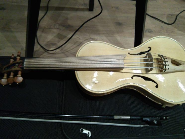 """yo lo llamo """"Violonchelín"""". Es un violin de cinco cuerdas, pero una octava más grave, como un violonchelo. El último día de grabación fuimos con Jaime al taller del luthier a buscarlo y lo hemos grabado en el disco."""