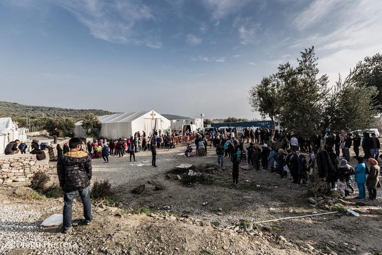 Olive Groove Camp, campo anexo a Moria Refugee Camp donde refugiados esperan a recibir ropa.