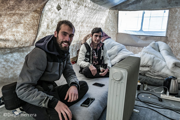 Yo (izquierda) y Basel (derecha), un chico kurdo que conocí en Olive Groove Camp, campo anexo a Moria Refugee Camp